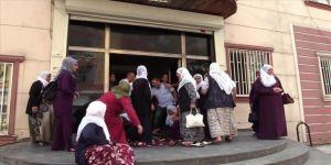 HDP'liler oturma eylemi yapan anneye saldırdı