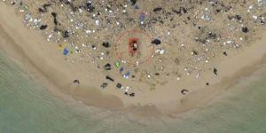 Çöplerle dolu plajda seks yaptılar