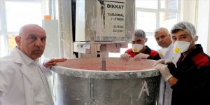 Meslek lisesi öğrencileri boya imalatıyla üretime katkı sağlıyor
