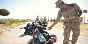 Düzensiz göçmenleri yolda bırakıp kaçtı