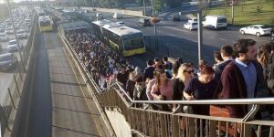 Altunizade metrobüs durağında yoğunluk devam ediyor