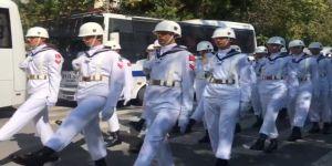 Cenazede askerlerin düzensiz yürüyüşü şaşkına uğrattı