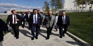 İmamoğlu namazı Erdoğan ile yan yana saf tutarak kıldı