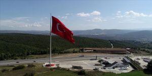 Kara yolunda dalgalanan dev Türk bayrağı
