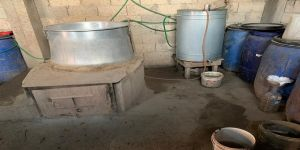 Adana'da imalathaneye dönüştürülen evde 4 bin litre sahte içki bulundu