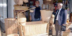 Padişaha hediye taşınan Karamürsel sepetinden beşik yapıyor