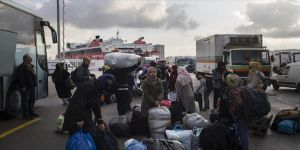 Adalardaki düzensiz göçmenlerin ana karaya taşınması devam ediyor