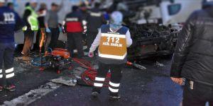 Afyonkarahisar-Konya kara yolunda yolcu otobüsüyle tır çarpıştı: 2 ölü, 20 yaralı