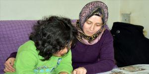 Öğrencisine hem öğretmenlik hem annelik yapıyor