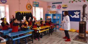 Gönüllü öğretmenler köyleri dolaşarak öğrencilerin gönüllerine dokunuyor