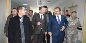 Hakkari Valisi Akbıyık'tan yıldırım düşmesi sonucu yaralanan askerlere ziyaret