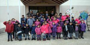 Mehmetçikten 'Çocuklar Üşümesin' kampanyasına mont ve botla destek