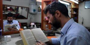 'Sosyolog berber' çevresine okuma sevgisi aşılıyor