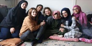 Üniversiteli kızlar kimsesiz Naciye nineyi yalnız bırakmıyor