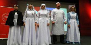 Hemşirelerden 'Geçmişten günümüze hemşire kıyafetleri' defilesi