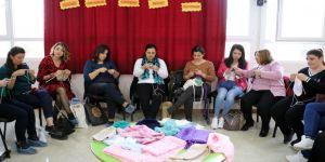 Köy okullarındaki öğrenciler üşümesin diye anne şefkatiyle 'sevgi' örüyorlar