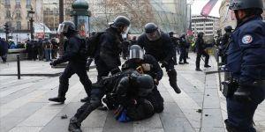 Fransa'da bir polise daha sarı yelekliye şiddetten ceza