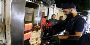 Endonezya'da tavuk döner için günlerce bekliyorlar