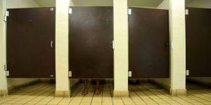AVM nin kadınlar tuvaletinde gizli çekim yaparken yakalandı !