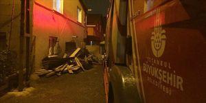 İstanbul'da fırtına nedeniyle iki binanın çatısı uçtu
