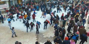 Antalya'da çocukların kar sevinci