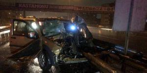 Kayganlaşan yolda araç bariyerlere çarptı: 1  yaralı!