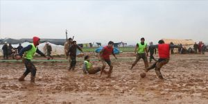 İdlib'de 'yağmur çamur demeden' yapılan futbol maçı çocukların yüzünü güldürdü