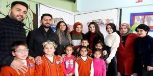 Üniversiteli gençler kırsaldaki çocuklara kitap ve hayvan sevgisi aşılıyor