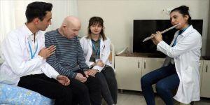 Hemşire adayı öğrencilerden evlerine gittikleri hastalara mini konser