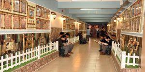 Okul koridorunda oluşturulan 'Edebiyat Sokağı' kitap okumayı sevdiriyor
