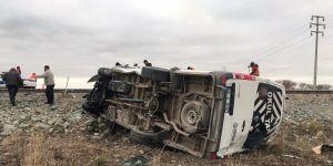 Aksaray'da işçi servisiyle otomobil çarpıştı: 16 yaralı