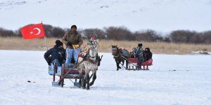 Turistler buz tutan Çıldır Gölü'nde atlı kızak keyfi yaşıyor