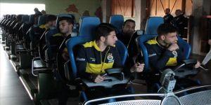 Fenerbahçeli futbolcular eğlence merkezinde hızlı trene bindi