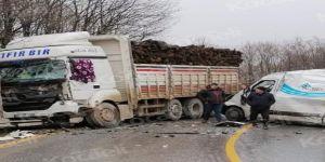 Odun yüklü kamyonla minibüs çarpıştı