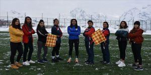 Hakkarili kızlar futbol hakemi olabilmek için ter döküyor