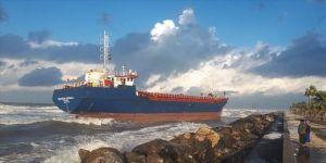 Hatay'da kargo gemisi karaya oturdu