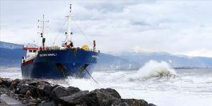 Hatay'da karaya oturan kargo gemisine fırtına nedeniyle müdahale edilemiyor