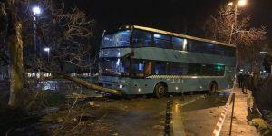 Özel halk otobüsü duraktaki yolculara çarptı: 3'ü ağır 5 yaralı