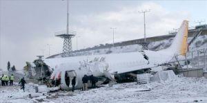 Pistten çıkarak kaza yapan uçağın enkazını kaldırma çalışmaları sürüyor