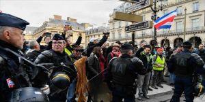 Fransa'da sarı yeleklilerin gösterilerinde 32 kişi gözaltına alındı