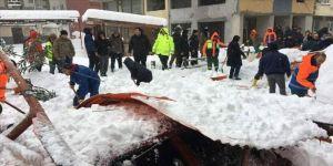 Arhavi'de kar nedeniyle pazar yerinin çatısı çöktü: 1 yaralı