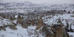Karla beyaza bürünen Kapadokya hayranlık uyandırıyor