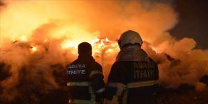 Adana'da pamuk yağı fabrikasındaki yangını söndürme çalışmaları devam ediyor