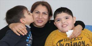 Fedakar anne engelli ve hasta oğullarına bebek gibi bakıyor