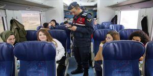 Kent sınırlarındaki demir yolunda sefer yapan yolcu trenlerinde güvenlik uygulaması gerçekleştirdi.