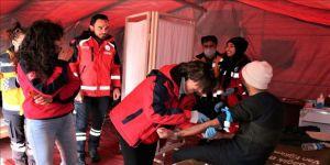 Depremzedelerin yaraları sahra hastanelerinde sarılıyor