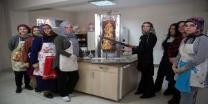 Türk Mutfağı'nda döner yapmayı öğreniyorlar