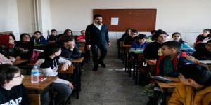 Görme engelli Ali öğretmen öğrencilerinin dünyasını aydınlatıyor