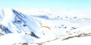 Kayak merkezinde yamaç paraşütüne büyük ilgi