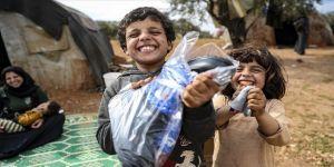 Sosyal medya üzerinden topladıkları yardımlarla İdlibli çocukların ayaklarını ısıttılar